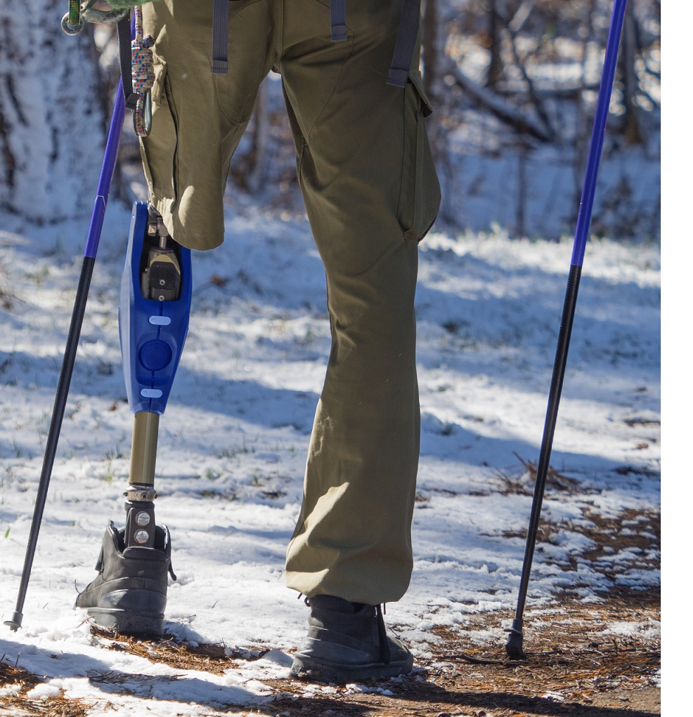 An amputee hikes on a prosthesis.